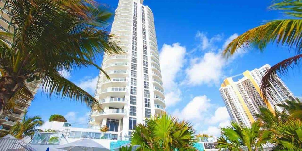 1-1 Luxury condominium on the Miami riviera