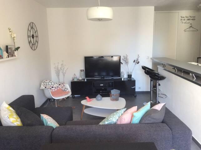 Appartement lumineux exposé au soleil jusqu'en début d'après midi; WIFI disponible