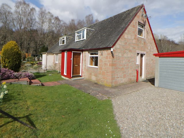 CORRAN COTTAGE, pet friendly, with a garden in Pitlochry, Ref 966095