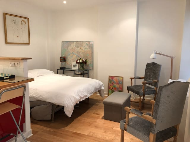 central studio near luxembourg gardens apartments for rent in paris le de france france. Black Bedroom Furniture Sets. Home Design Ideas