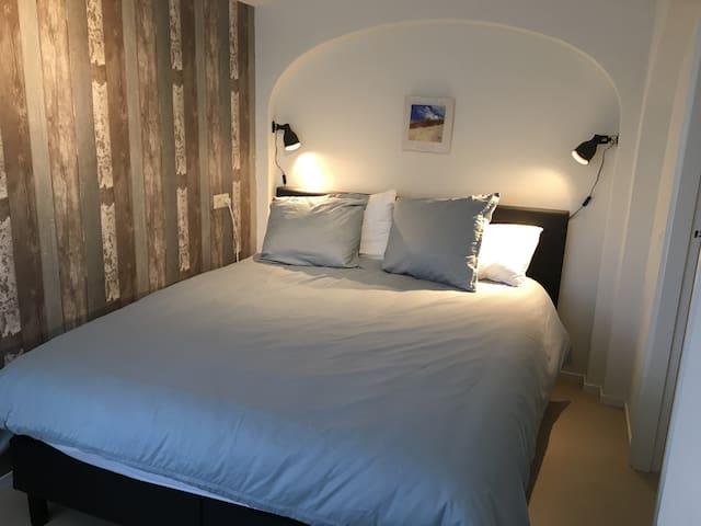 Heerlijk groot 2 persoons-bed  van 160 x 210 cm