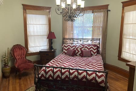 Cute little studio apartment close to downtown!