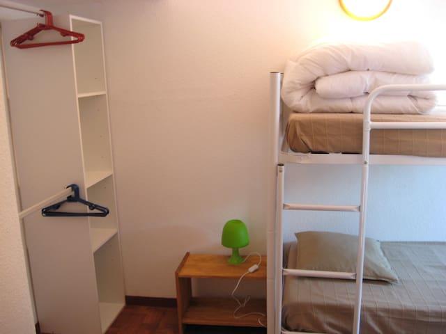 Chambre du haut avec 2 lits individuels superposés