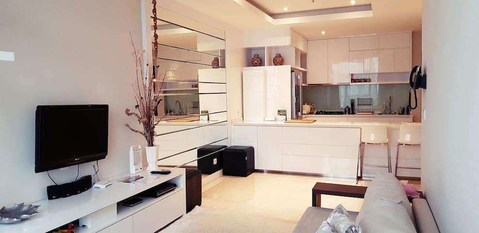 Yun's L'Avenue Pancoran Apartment