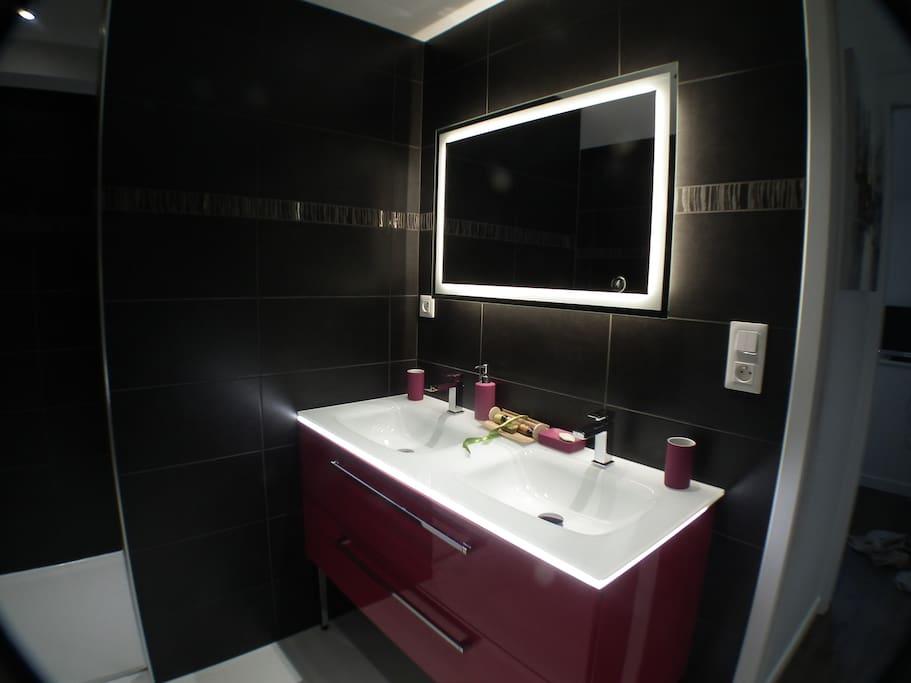 salle de bain séparée des wc avec douche à l'italienne, elle vous offre confort et modernisme