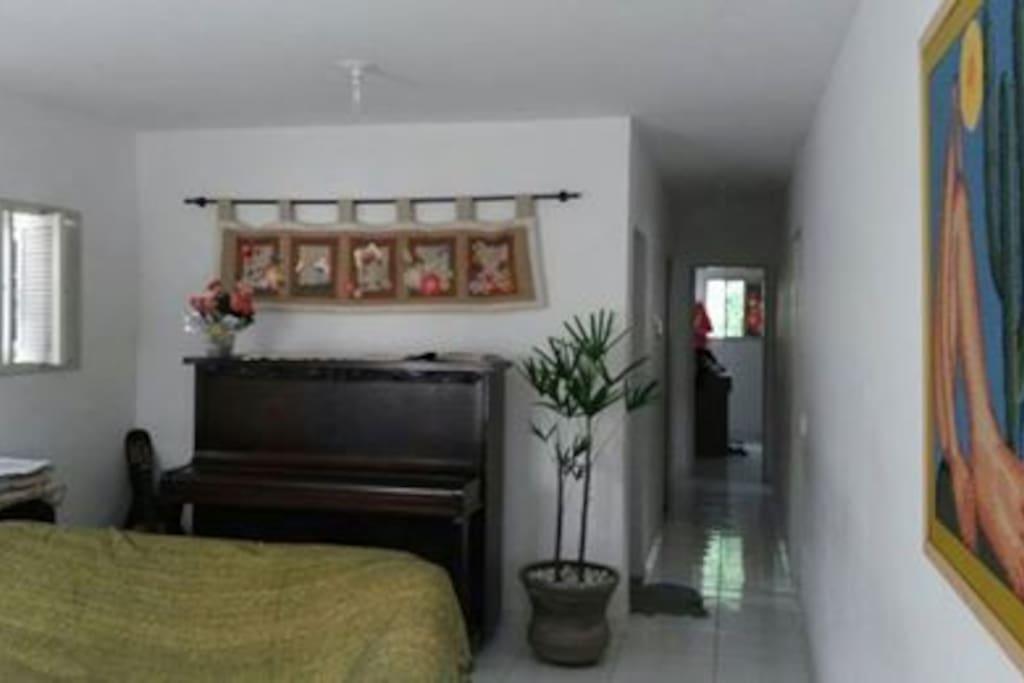 Sala com vista ao corredor que dá acesso aos quartos e banheiros