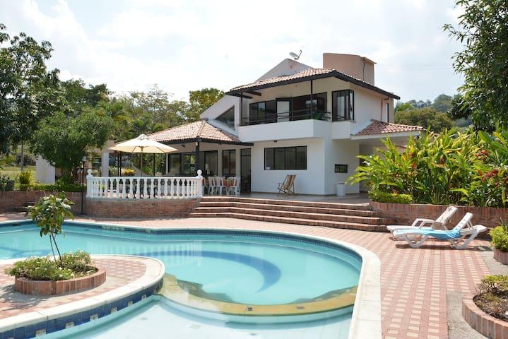 Espectacular casa en finca   A 70 KM DE BOGOTA