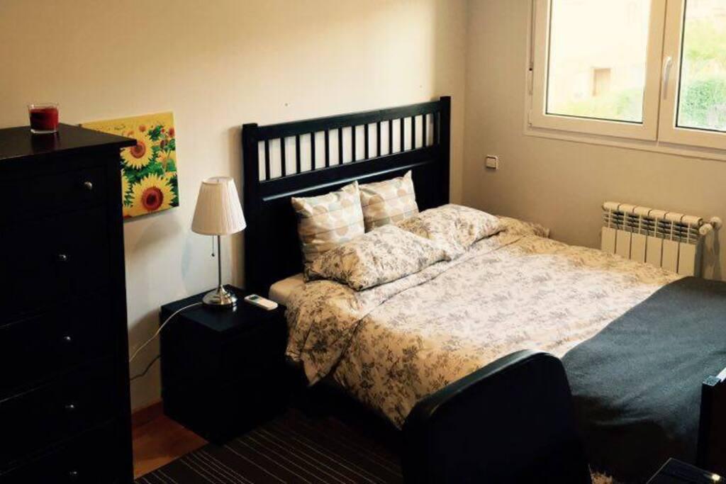 Cama y muebles de dormitorio comodos y utiles. / Bed and furnishings comfortable and useful bedroom
