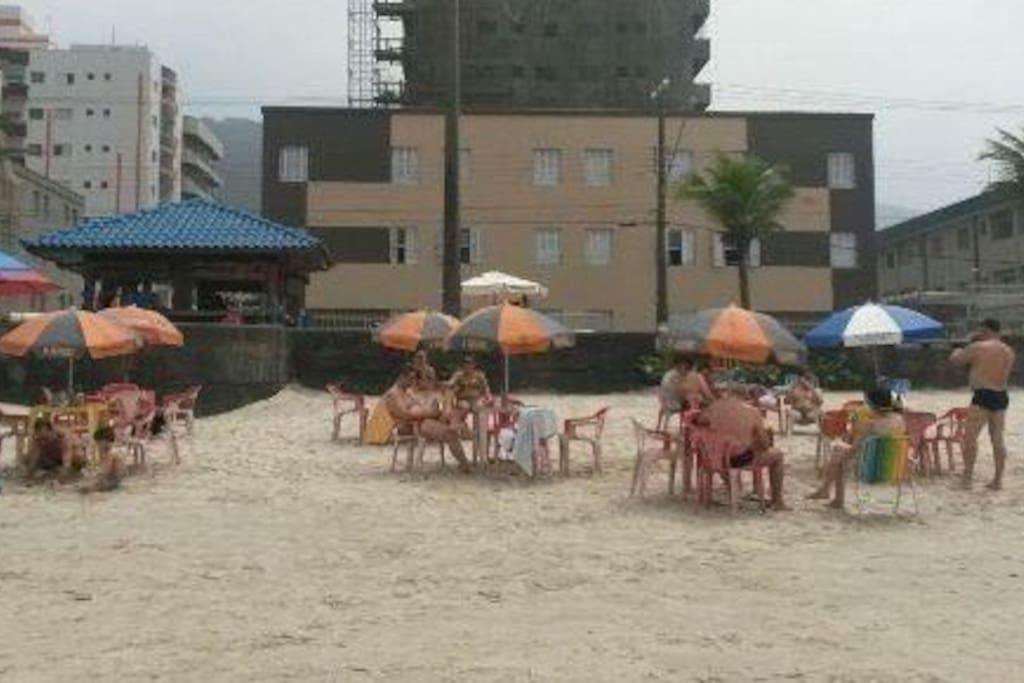 Condomínio de frente para o mar, atravessou a rua está na areia.