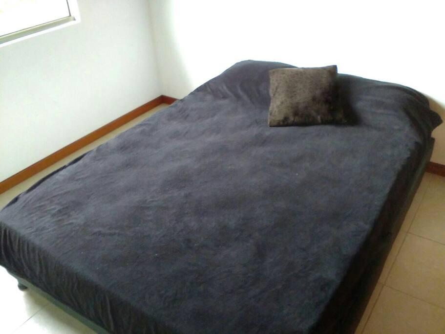 This is the bed. It's minimalist-no frills room, cozy, silent and private.  Esta es la habitación, minimalista y sin lujos, agradable, silenciosa y privada.
