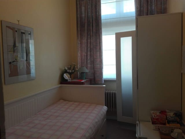 B & B Quiet and Cosy room Close to the ULB single