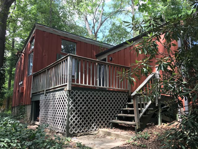 Wooded hideaway in the city! Minutes from the fun!