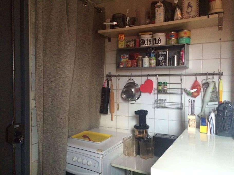 Petite kitchenette : grille-pain, cuisinière, Cafetière Nespresso