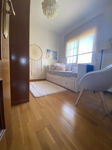 Chambre beige avec un lit 160x200, une très grande armoire et un mirroir