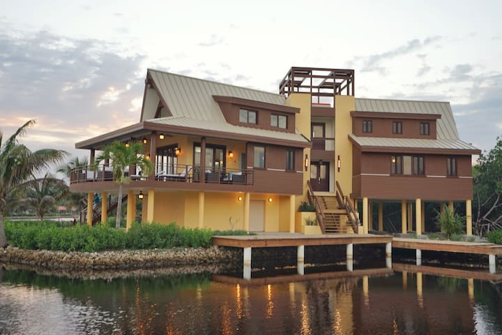Casa del Capitan, family-style villa, private dock - Utila - Hus