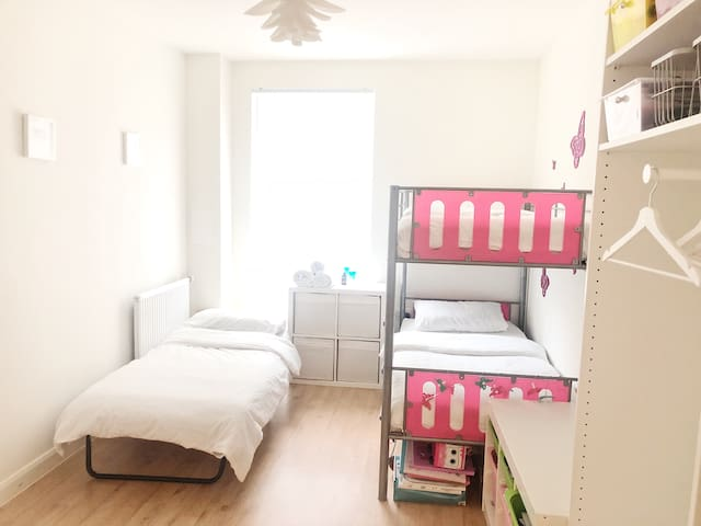 Lovely triple room in Greenwich,London(Women only)