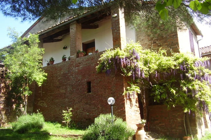 Caseggiato nelle Crete Senesi
