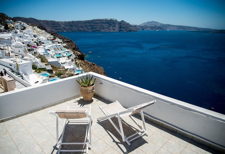 Cliffside House (2-bedroom) in Oia with Sea View