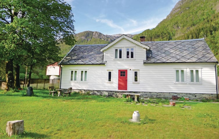 Holiday cottage with 4 bedrooms on 100 m² in Eikelandsosen