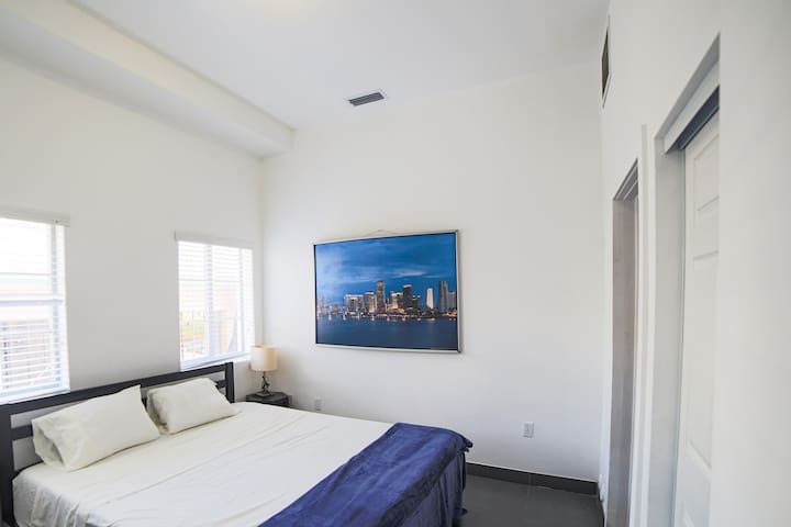 Cozy apartment a few steps from Lincoln road!