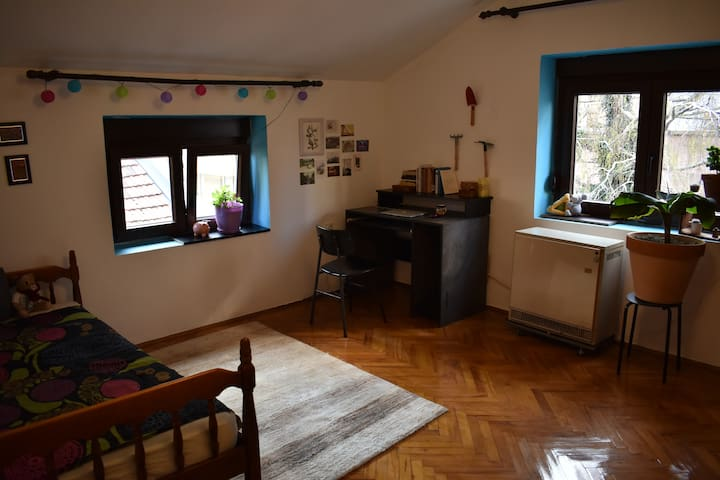 Comfy room in quiet house close to the center