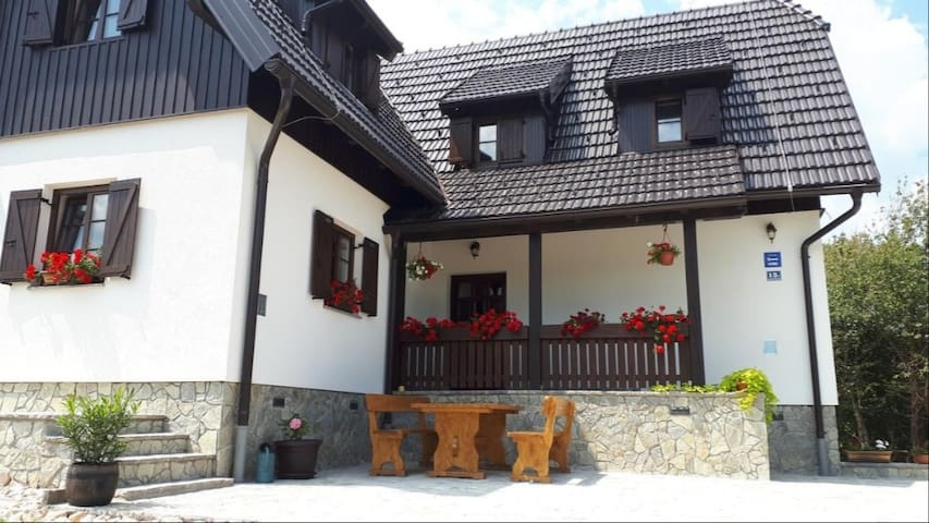 House Flora APARTMENT  Plitvice lakes entrance 1