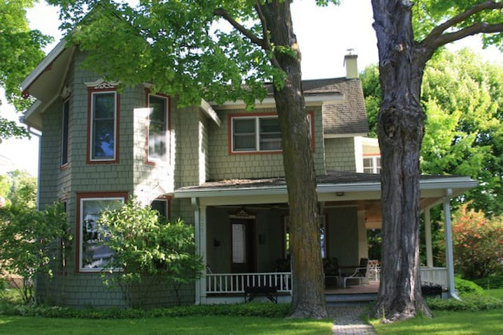 Victorian Style Family Home - Charlevoix - Haus
