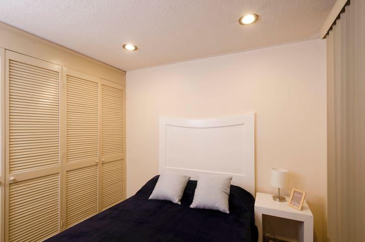 Habitación 4 con acabados en blanco. Wifi individual, mesa de trabajo, cama matrimonial, Smart tv de 50 pulgadas.