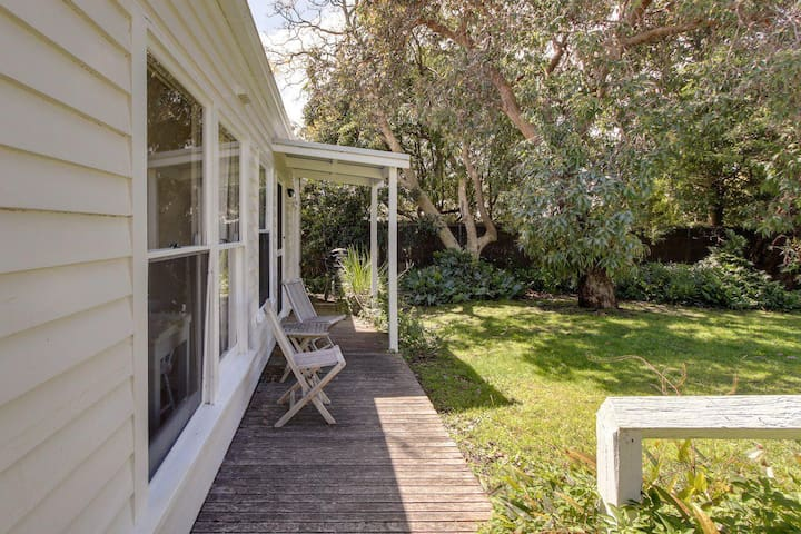 Heronswood Cottage - One Bedroom Cottage in Metung
