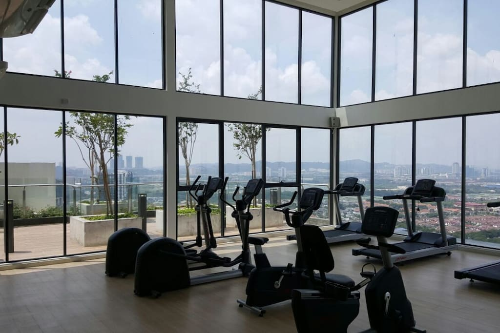 Sky view gym room with air conditioning