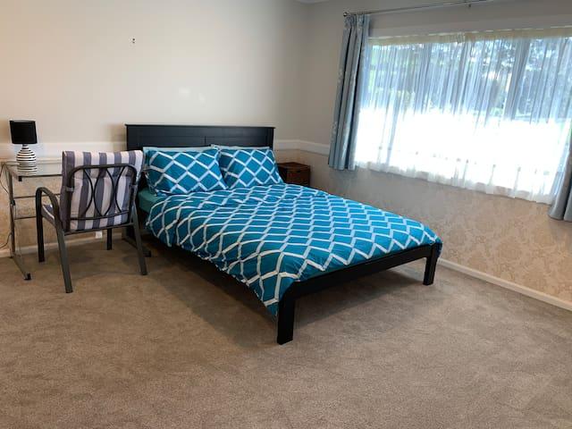 阳光充足的房间,标准双人床。Double Bedroom.