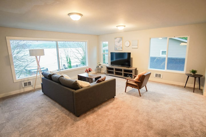 Entire 4BR 2BA 9 beds lake view house upper unit