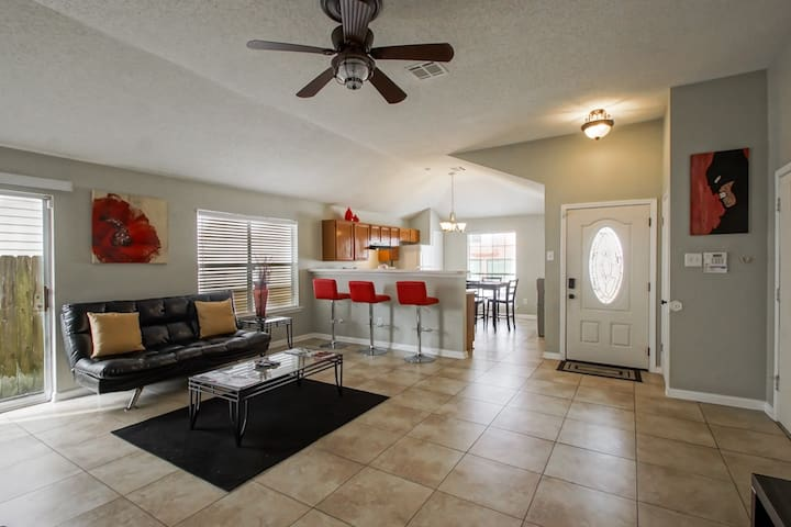 LOW RATES!! 3 BED/2 BATH HOME CLOSE TO DOWNTOWN!!!