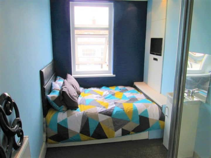 Double Bed & shower. Mcr Airport. Carparking 2