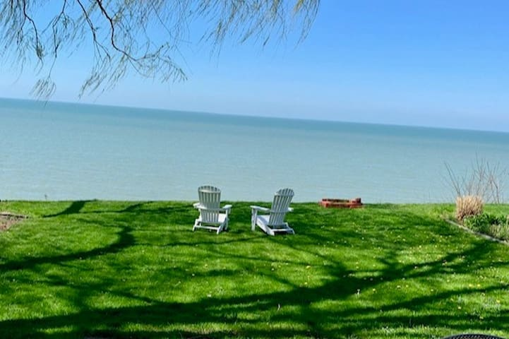 Lydia's Lake Erie Cottage w Incredible Views