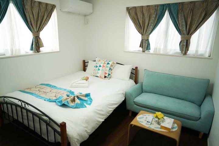 一楼卧室,常规双人床