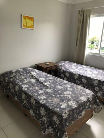 Quanto 1: com duas camas de solteiro box, (com a opção de juntá-las e faze uma de casal). E ar condicionado.