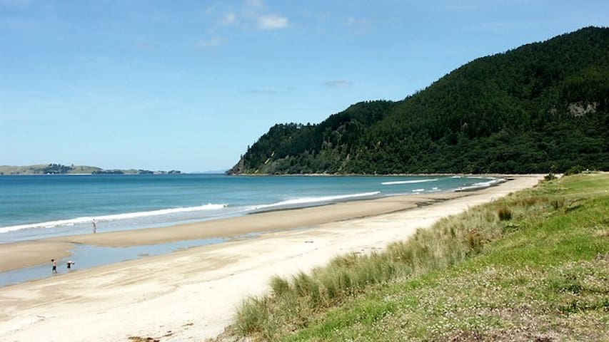 Five mins drive to Pauanui Beach.