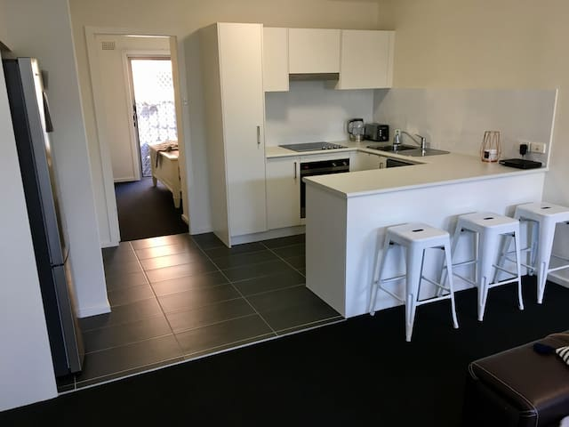 Brand new clean & comfy beach unit - Merewether - Apartment