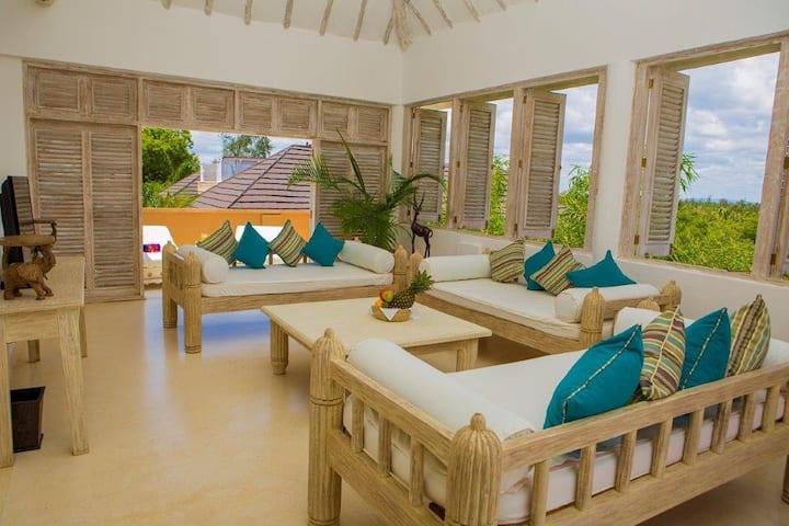 Luxury 2 Bedroom beach penthouse with jacuzzi