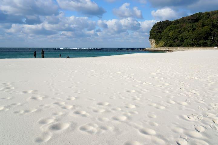 """白浜の名に恥じないオーストラリア輸入のまっさらな砂をビーチでご堪能くださいませ!(車で9分ほど)/Shirahama beach, literally meaning """"white beach"""" in Japanese, boasts pearly white sand imported from Australia and is a popular spot for beach lovers. (9 min car ride)"""