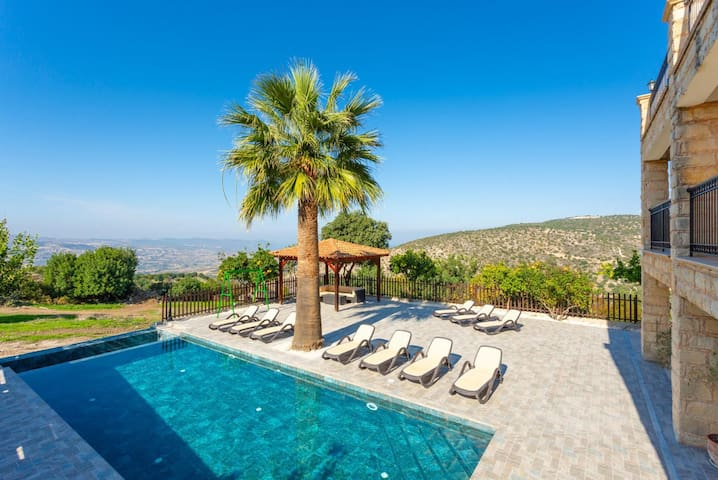 Large Villa, Wonderful area, Huge Pool, Sleeps 15