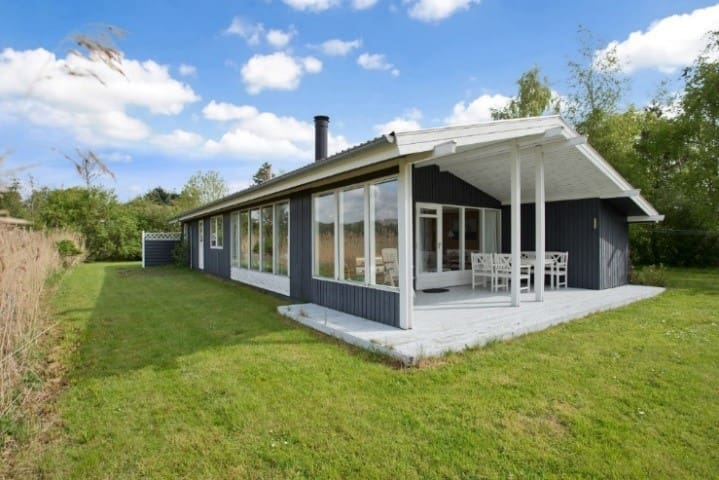 Quiet, spacy and cozy house, close to the beach