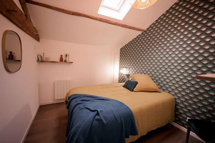 La chaleureuse Chambre 4 vous accueille avec sa décoration verte et laiton.