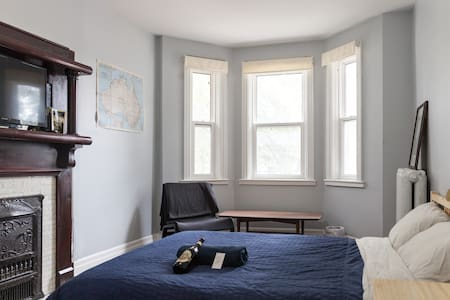 Great, Large Room #1 in Trendy Parkdale Apartment - Toronto - Bed & Breakfast