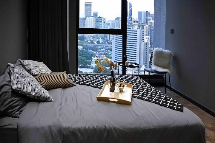 Bedroom 2 . 1st floor queen bed