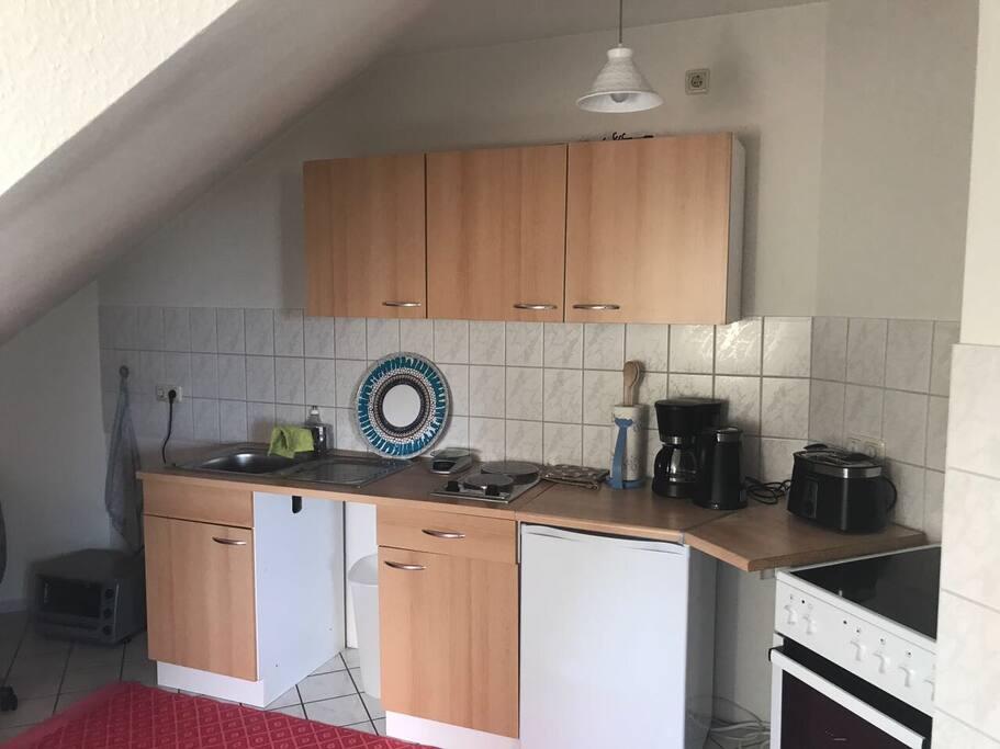 Küchenzeile mit 4, Ofen, Kochplatten, Kaffeemaschine, Toaster, Wasserkocher, Kühlschrank...