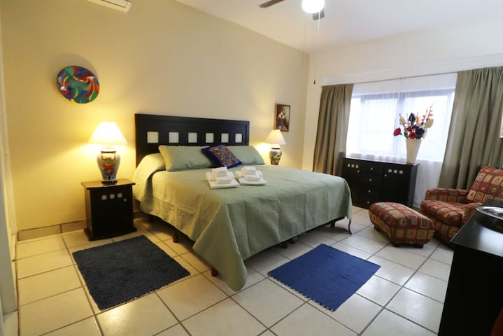 ❤️1st Floor/2Bed/King Beds/Heat/AC/1 Block to Lake