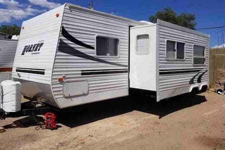 Family size RV 6 mi from FB and 23 mi from ABQ.