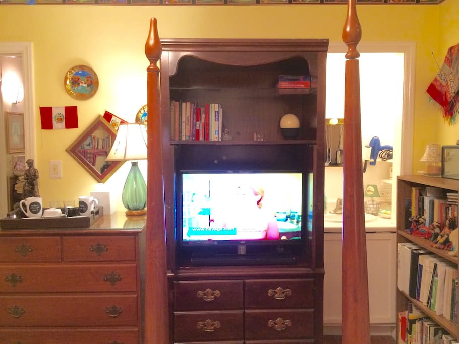 """32"""" TV with DVD player, antenna TV, Wi-Fi."""